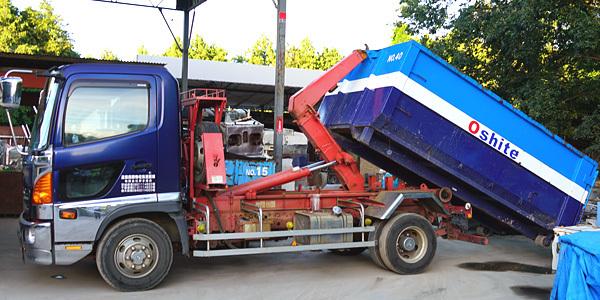 産業廃棄物・粗大ゴミ収集 4tアームロール車